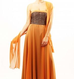 Vestido palabra de honor naranja con lentejuelas.