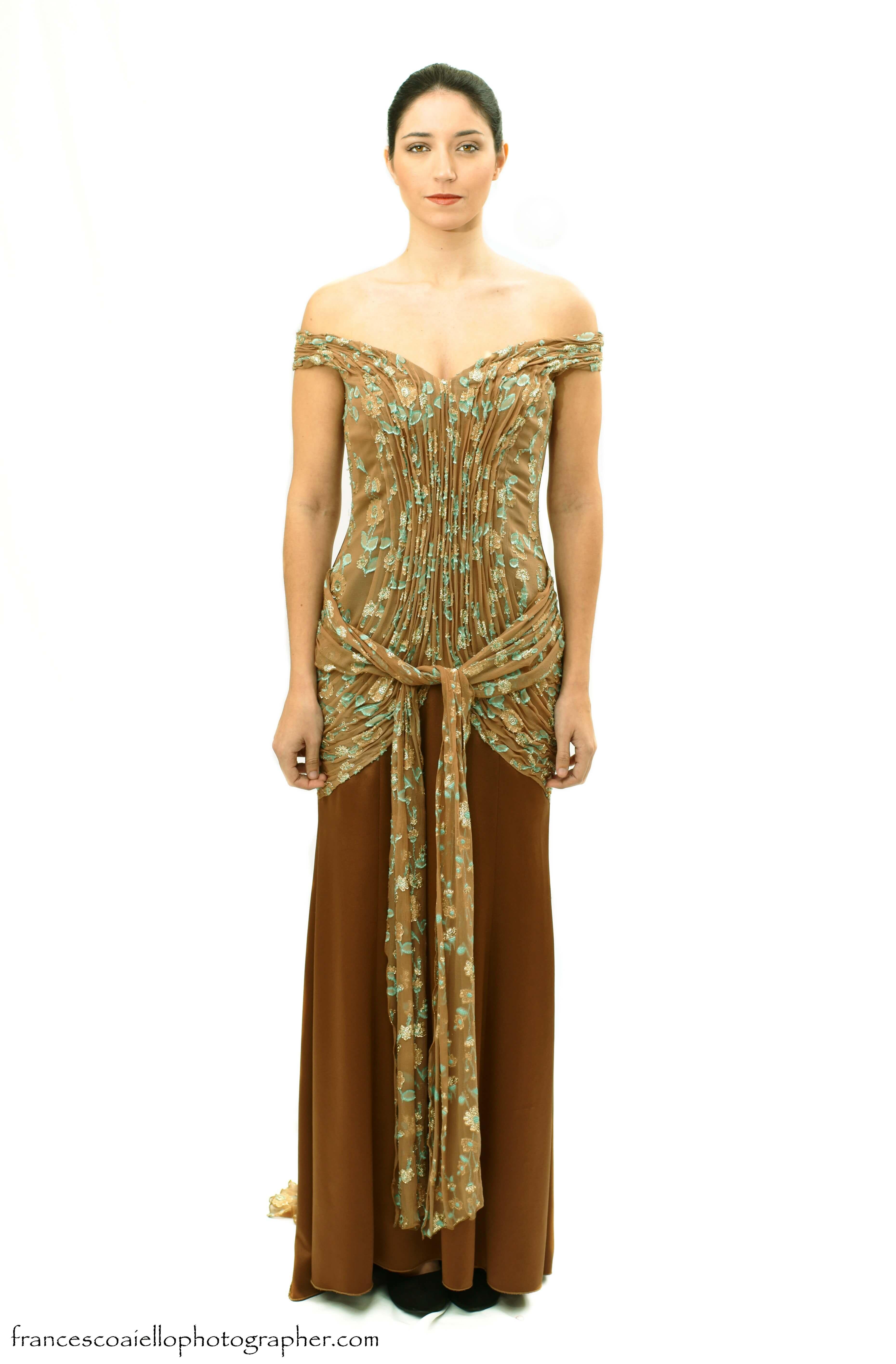 36ae423aa3 Vestido de fiesta largo marrón de crepé y gasa plisada estampada