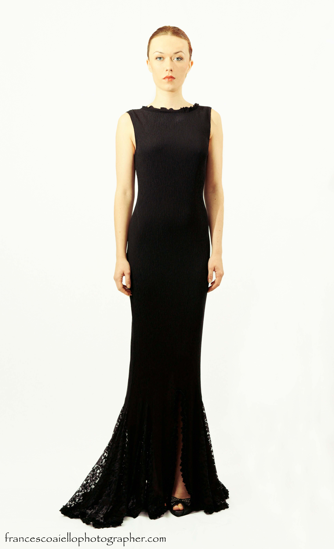 08f035bb3148 Vestido de fiesta largo plisado de crepé negro con cola de encaje