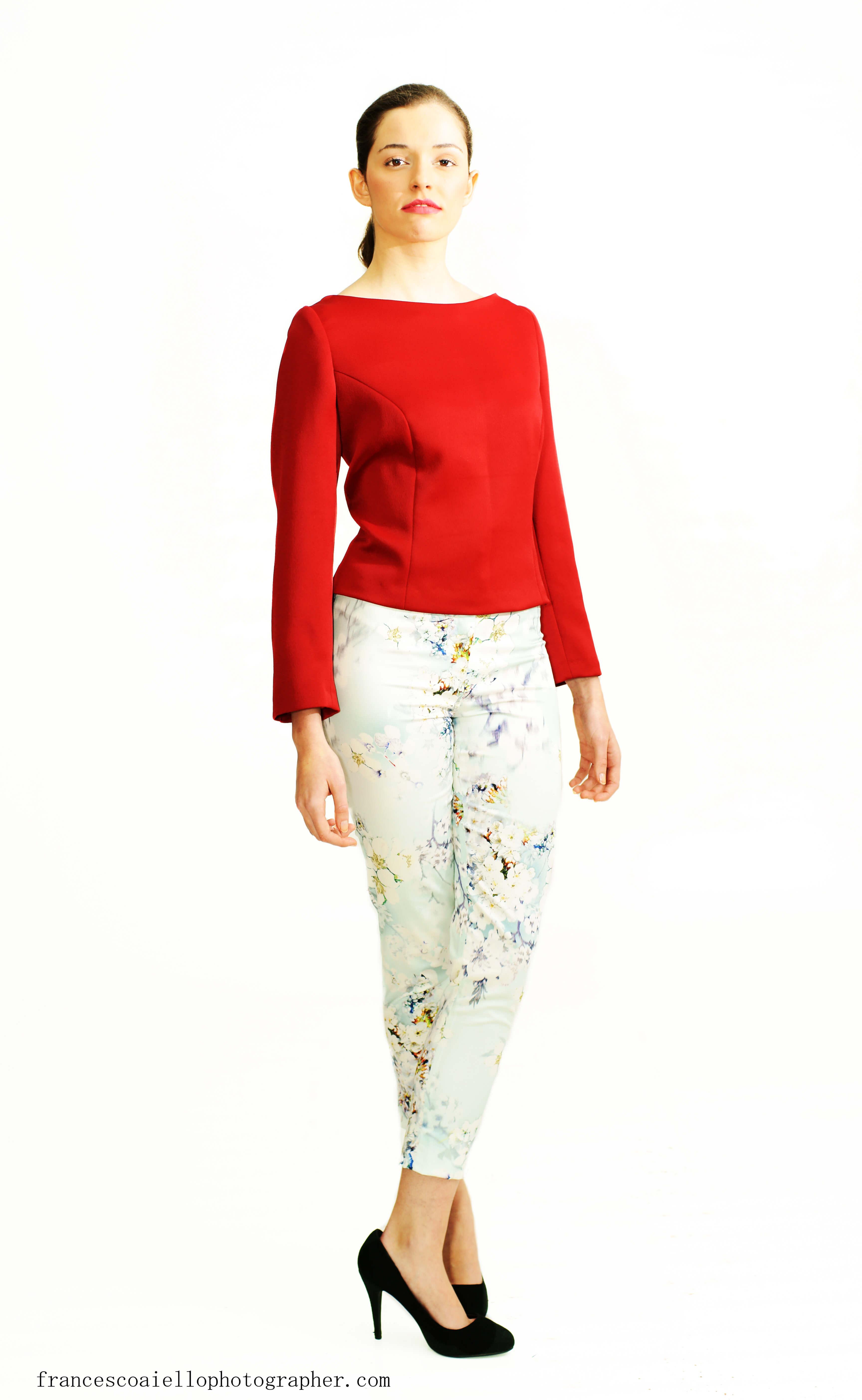 Pantalón pitillo estampado floral.