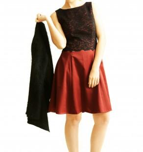 Vestido de raso corto con encaje negro