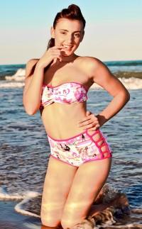 Bikini estilo pin up con estampado de cómic.