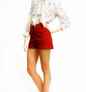 Short corto de crepe burdeos para combinar con camisas.
